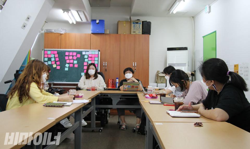 좌담회에 참석한 여성 활동가들이 이야기를 나누고 있다. 사진 강혜민
