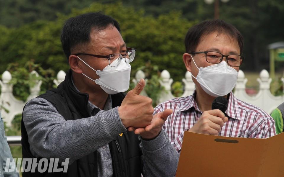 청각장애인 당사자인 윤정기 씨가 입법청원 내용을 수어로 설명하고 있다. 김철환 활동가가 옆에서 음성언어로 발언내용을 읽고 있다. 사진 하민지