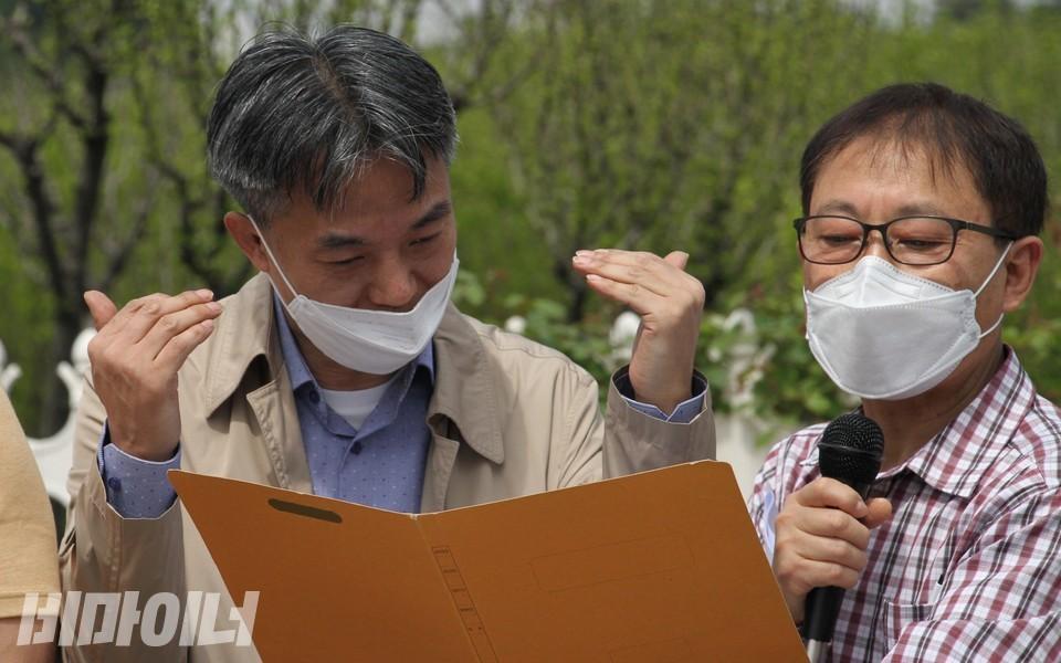 청각장애인 당사자인 권홍수 씨가 수어로 발언하고 있다. 김철환 활동가가 옆에서 음성언어로 발언내용을 읽고 있다. 사진 하민지