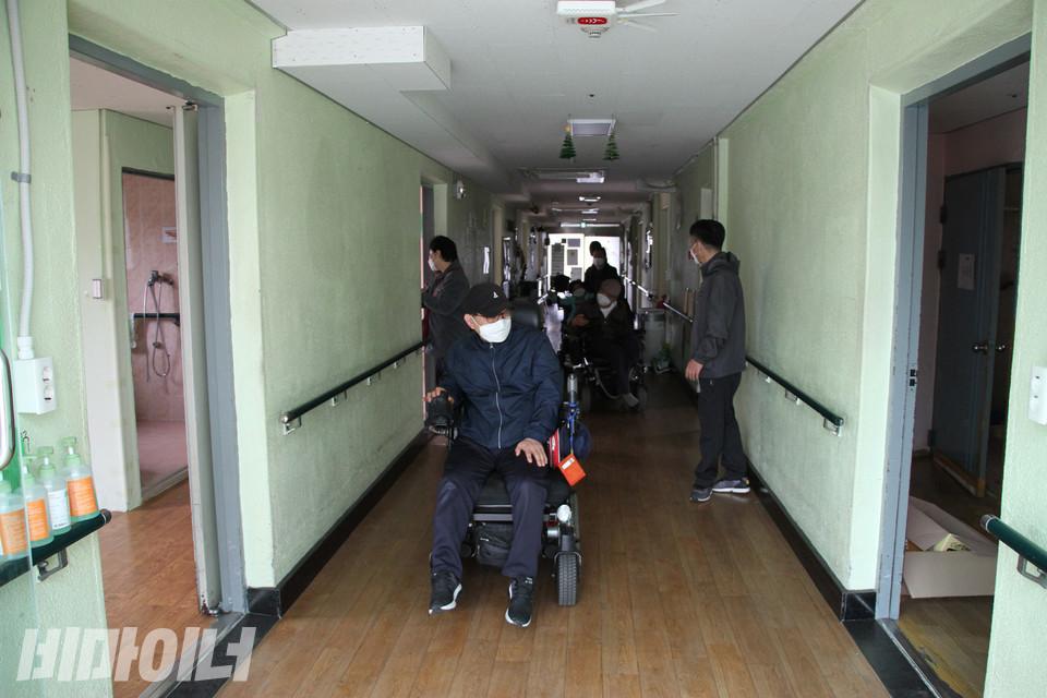 향유의집 내부를 둘러보는 사람들. 사진 강혜민