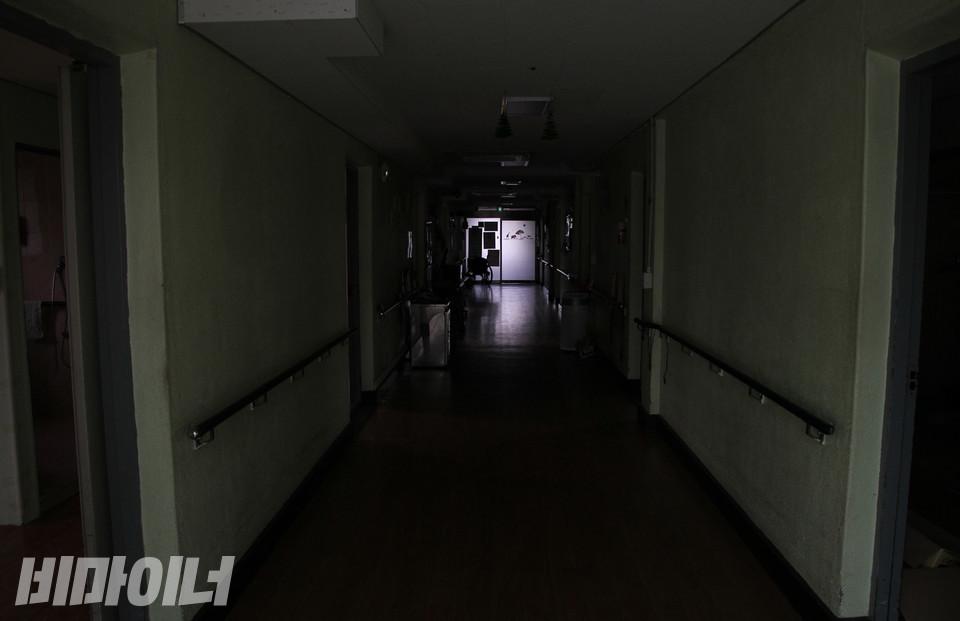 향유의집 내부. 긴 복도를 중심으로 양측에 여러 개의 방이 있다. 방 안에는 과거 세네 명씩 함께 거주했다. 관리의 편의성을 위해 방문은 늘 열려 있었다. 사진 강혜민