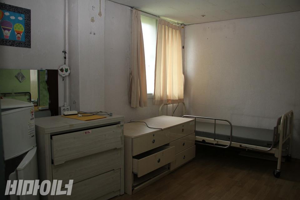 거주인이 생활하던 방 내부. 운영자인 사회복지법인 프리웰의 탈시설 정책 추진으로 거주인 수가 줄어들면서는 한 사람이 한 개의 방을 사용했다. 사진 강혜민