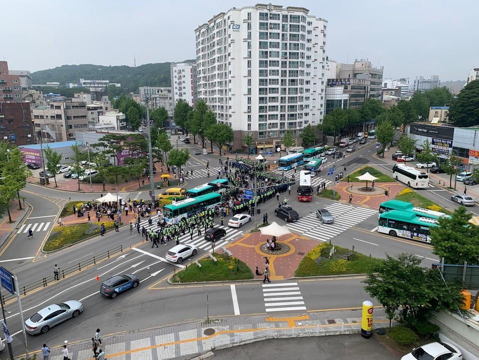 활동가들이 점거한 도청오거리. 경찰과 활동가 수백 명, 점거한 버스들이 뒤엉켜 있다. 사진 전국장애인차별철폐연대