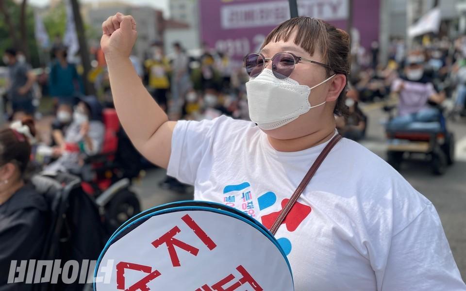 한 활동가가 결의대회에서'투쟁'을 외치고 있다. 사진 하민지