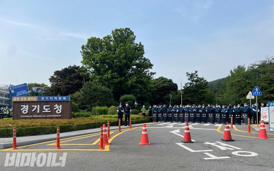 활동가들이 행진해 경기도청 앞에 도착했을 때 이미 경찰 수백 명이 도청 앞 진입을 막고 있는 상황이었다. 사진 하민지
