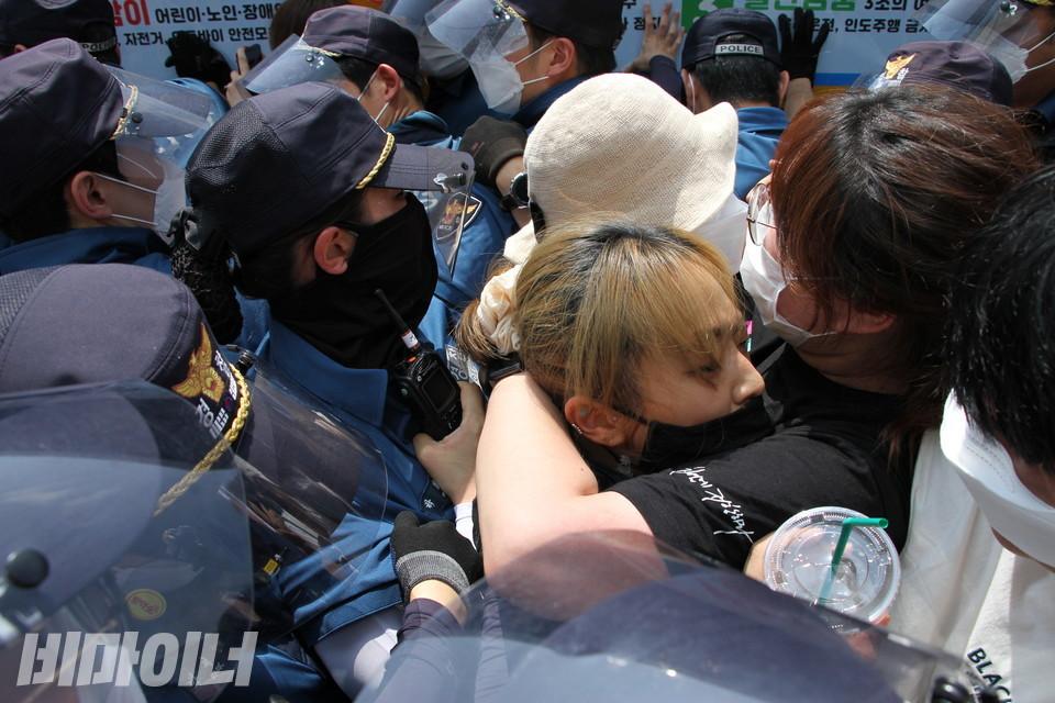 남대문경찰서는 활동가들의 작은 움직임도 무리하게 강경진압을 했다. 그 과정에서 몇몇 활동가가 오가도 못하고 고립되는 일이 벌어졌다. 사진 허현덕
