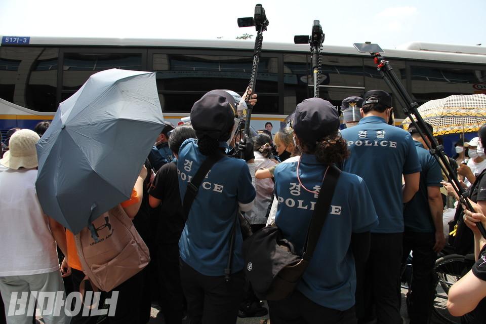 무리한 채증을 하고 있는 남대문경찰서. 사진 허현덕