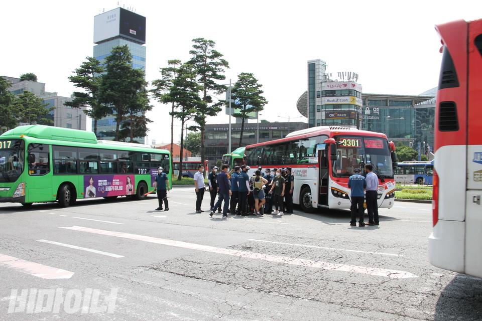 활동가 석방이 이뤄지지 않자 이형숙 서울시장애인자립생활센터협의회 회장이 버스를 점거했다. 사진 허현덕