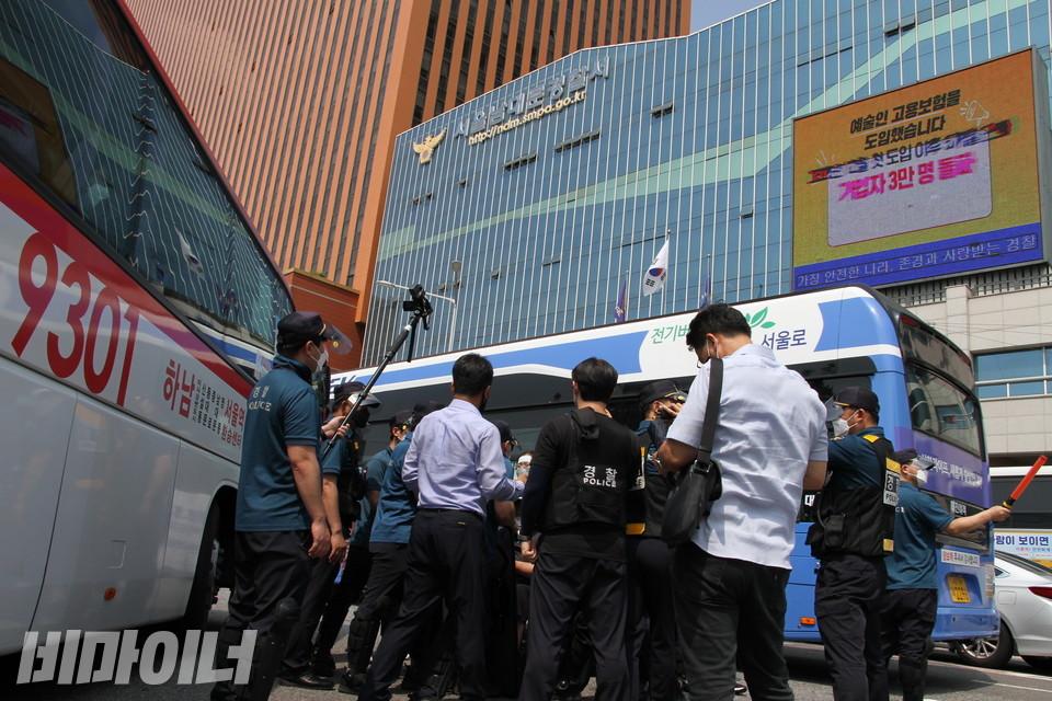 버스와 경찰에 가로막혀 오가지 못하는 활동가들. 한동안 차량이 다니는 길에 갇혀 있었다. 사진 허현덕