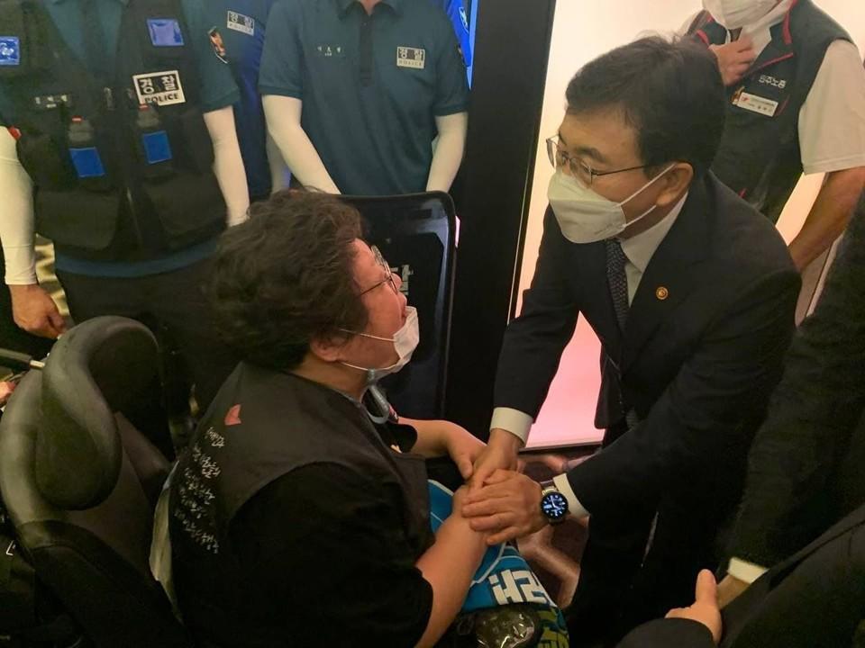"""이형숙 회장이 권덕철 보건복지부 장관을 만나서 이야기를 나누고 있다. 권 장관은 """"(면담 날짜 잡도록) 그렇게 하겠다. 장애인정책국에 이야기하겠다""""며 2분 30초가량 이야기를 나눈 후 자리를 떠났다. 사진 서울장애인차별철폐연대"""