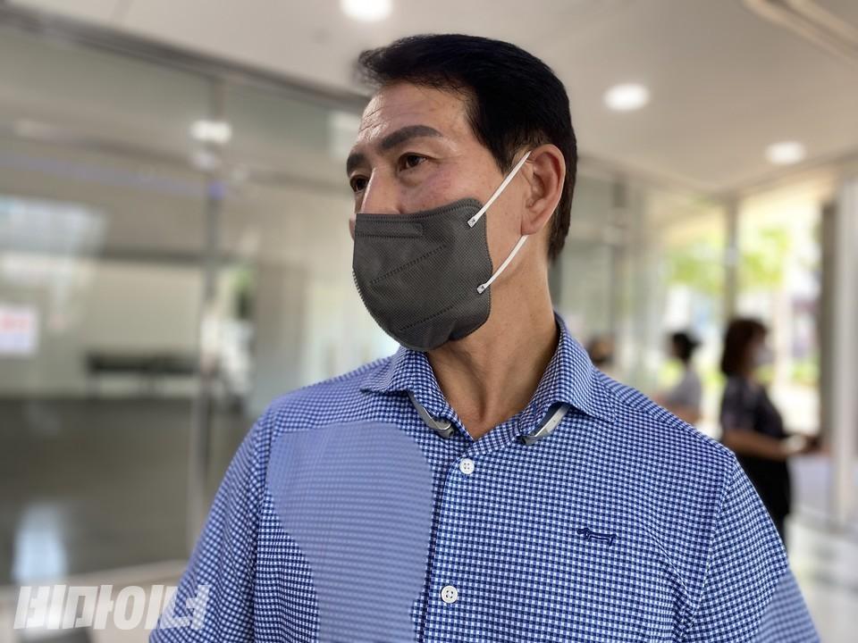 피해자 고 아무개 씨의 아버지 고현환 씨가 진정서 제출 후 인터뷰를 하고 있다. 사진 이가연